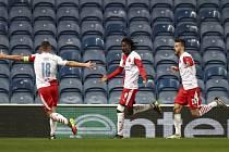Odveta osmifinále fotbalové Evropské ligy: Glasgow Rangers - Slavia Praha, Peter Olayinka (uprostřed) se raduje z gólu.