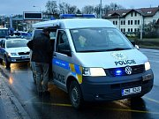 Ženu, která přecházela v pražském Braníku čtyřproudou silnici, srazilo auto. Na místě zemřela.