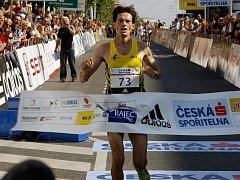 BĚCHOVICE. Loňskému vítězi Róbertovi Štefkovi (na snímku) se postaví domácí i zahraniční běžci.