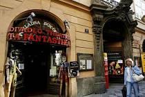 V roce 2006 dostal příspěvek na chod divadla Ta Fantastika i jeho spolumajitel Petr Kratochvíl. Nyní žaluje Českou republiku za nepřehledné rozdělování grantů v oblasti kultury u Evropského soudního dvora.