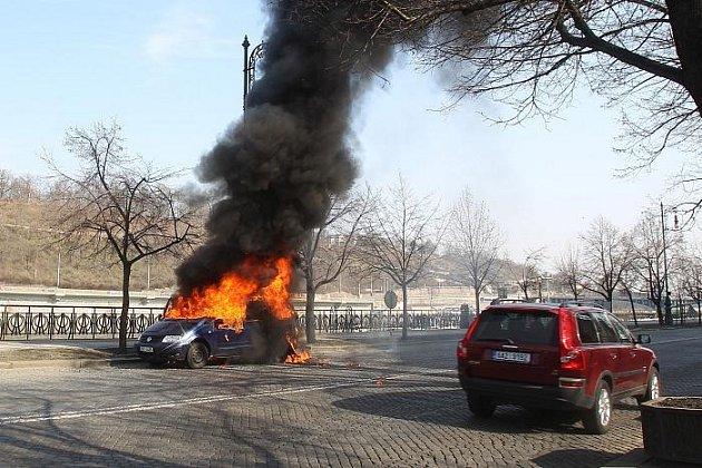 Požár vozu VW Sharan na Dvořákově nábřeží v Praze.