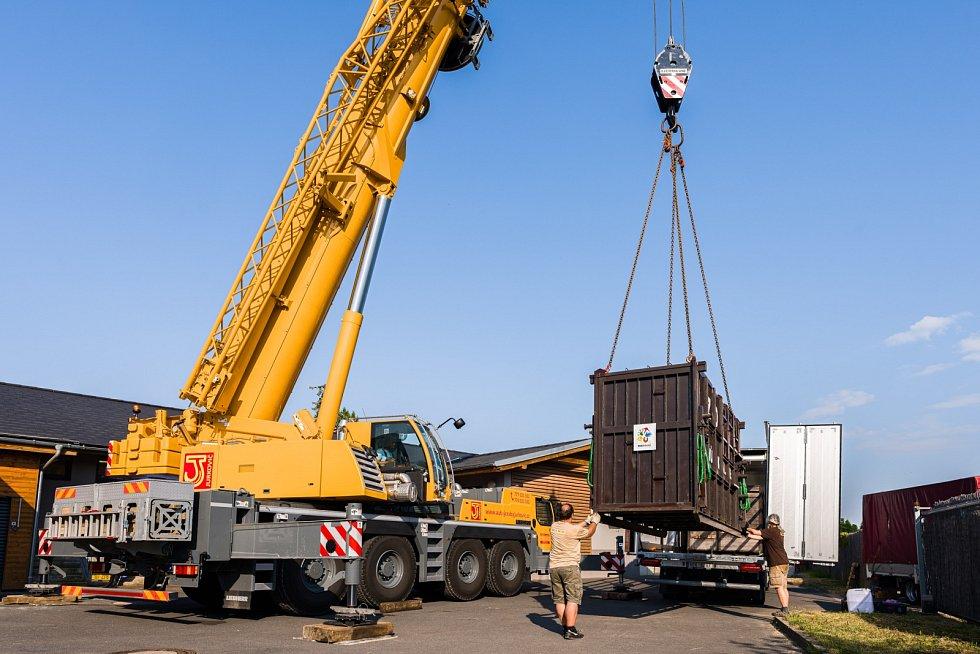 Přepravní box s Fandou byl na nákladní auto přesunut za pomoci jeřábu, samotný hroch váží k dnešnímu dni 1 200 kg.