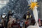 Tři králové projeli na velbloudech Prahou.