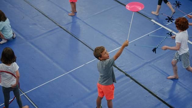 Cirk La Putyka pořádá pro děti workshopy s výukou cirkusových dovedností.