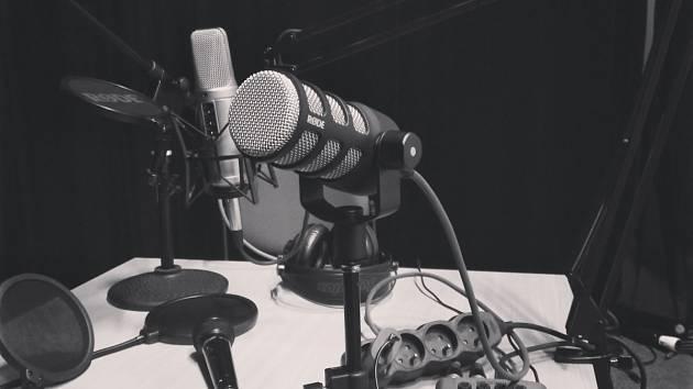 Patříte mezi milovníky podcastů? Ochotníci na vlnách jsou tu!