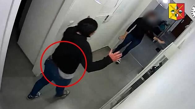 Žena dělala že zabloudila v salonu, ukradla při tom 15 tisíc korun.
