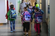 Žáci na chodbě základní školy.