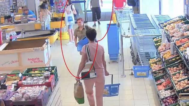 Policie hledá muže a ženu, kteří měli konflikt s ostrahou obchodu.