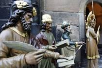 Poslední čtyři sochy pražského orloje se vrátily na své místo.
