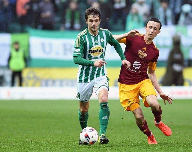 Zleva Milan Jirásek z Bohemians a Daniel Tetour z Dukly.