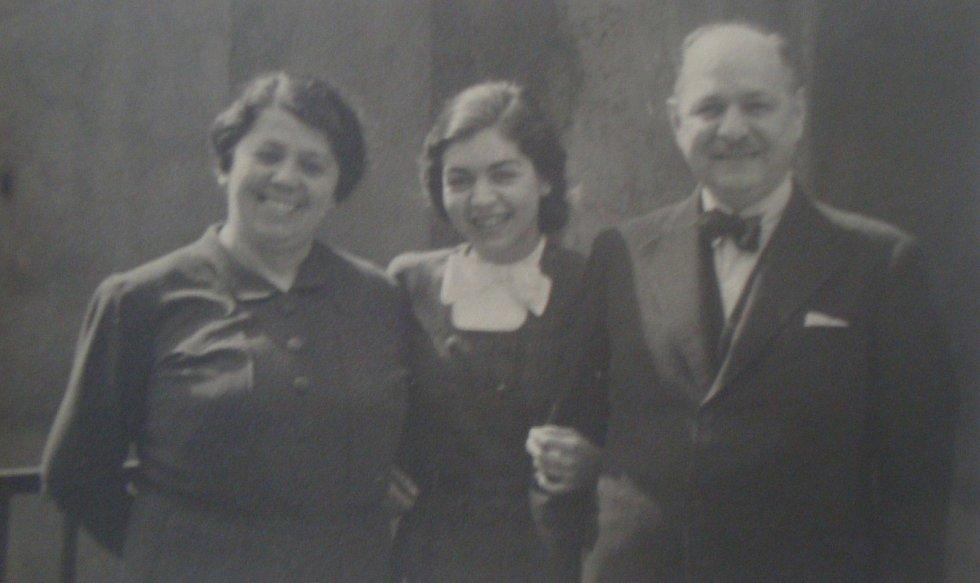 S RODIČI. Lisa Miková se narodila 31. ledna 1922 jako jediné dítě do pražské židovské rodiny Lichtensternových.