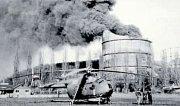 I když se často mluví o výbuchu michelské plynárny, v lednu 1961 šlo pouze o požár. Havárie by si jinak vyžádala tisíce obětí. Na fotce je hasicí helikoptéra.