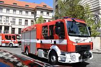 Z předání tří nových cisternových vozů hasičům před pražským magistrátem.