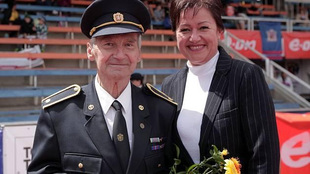 Na snímku starostka Prahy 10 Radmila Kleslová a zakladatel unikátního mistrovství Václav Hanzal,který nedávno oslavil 85. narozeniny.
