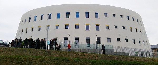 Zájem oprohlídku zbrusu nové budovy depozitáře Uměleckoprůmyslového muzea vpražských Stodůlkách vsobotu 9.dubna 2016předčil očekávání ipořadatelů. Fronta se táhla ven desítky metrů.