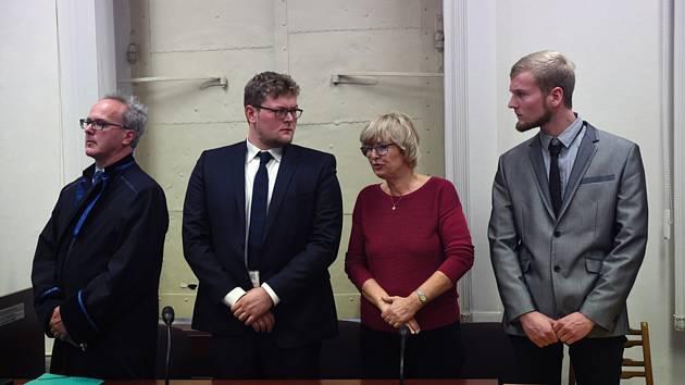 Němci Benjamin Wittig (druhý zleva) a Niclas Steiger (vpravo) 13. listopadu 2019 na jednání Obvodního soudu pro Prahu 1.