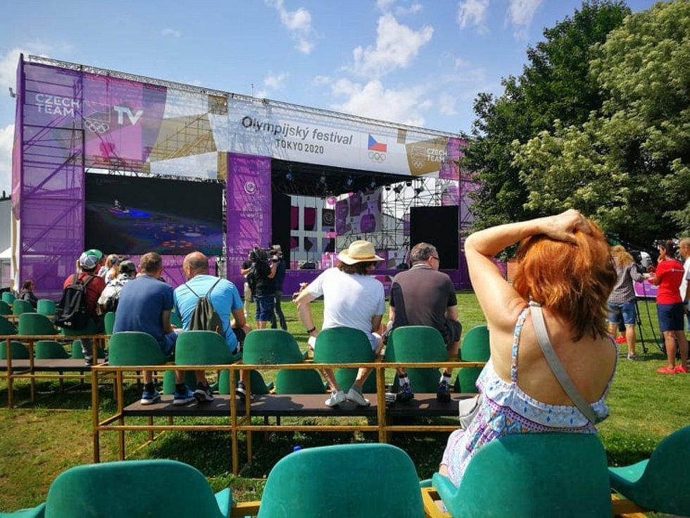 Olympijský festival se odehrává v pražské Stromovce v areálu Olympu. Součástí programu bylo i sledování slavnostního zahájení her v Tokiu.