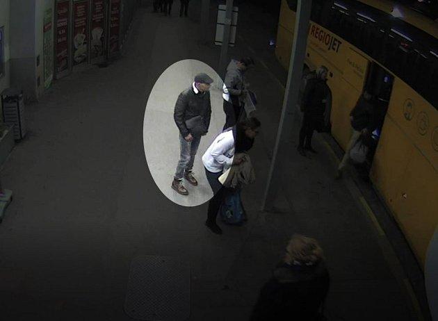 Z autobusového nádraží na Florenci odkráčel muž s cizím kufrem.