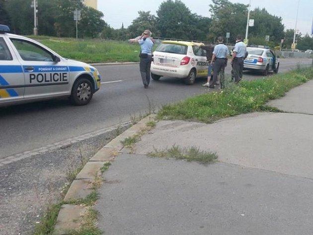 Policie nakonec mladíka dopadla a zadržela.