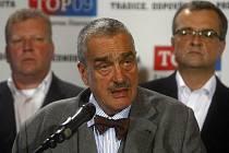 Předseda TOP 09 Karel Schwarzenberg (uprostřed) vystoupil na brífinku k výsledkům komunálních voleb ve volebním štábu TOP 09 v Praze