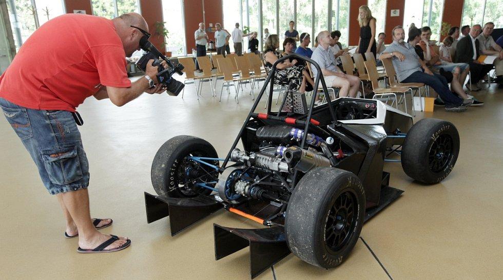 Tým vysokoškolských studentů představil jednomístný závodní vůz, který se zúčastní série závodů Formula Student v Evropě.