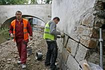 OBNAŽENÁ ČERTOVKA. Po vypuštění koryta začali dělníci s opravou pobořených zdí na levém břehu toku.