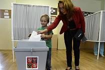 Pozdější vítězka doplňovacích voleb do Senátu v Praze 10 Ivana Cabrnochová volila na Základní škole Břečťanová na Zahradním Městě.