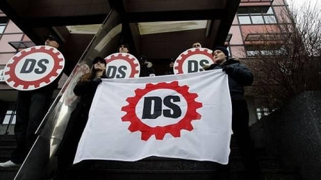 Příznivci ultrapravicové Dělnické strany protestovali 6. prosince v pražských Vysočanech proti jejímu vládou plánovanému zrušení.
