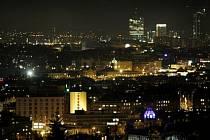 BÍLÁ ZÁŘE NAD PRAHOU. Světelný smog je v noci nad metropolí vidět jako velká ozářená bublina. Občas se tak z dálky zdá, že slunce nevychází na východě, ale nad Prahou.