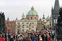 TURISTŮM NA KARLOVĚ MOSTĚ teplá zima nevadila. Praha tak vydělávala po celý rok.