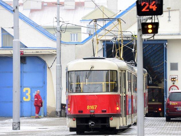 Tramvaj ve vozovně Pankrác.