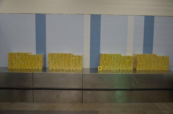 Cizinec, který je občanem Evropské unie, se po příletu zukrajinského Kyjeva snažil propašovat 345kartonů cigaret značky Jin Ling.