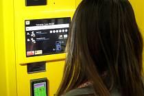 Ve vestibulu stanice je umístěn moderní automat na jízdenky s dotykovou obrazovkou. Jízdenky je zde možné zaplatit i platební kartou. Podél eskalátorů jsou nainstalovány digitální obrazovky, které promítají reklamy.