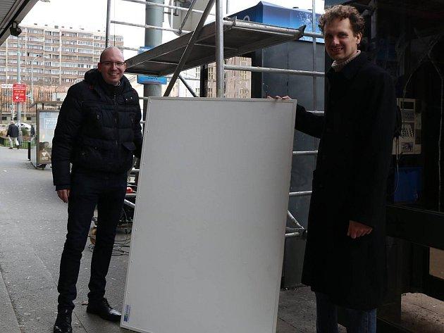 Zástupce starostky Prahy 3 Ivan Holeček (vlevo) odstartoval na Olšanském náměstí u lékárny testovací provoz desek ošetřených speciálním nanotechnologickým nátěrem, jenž by měl být aplikován na fasády panelových domů, které budou zateplovány.