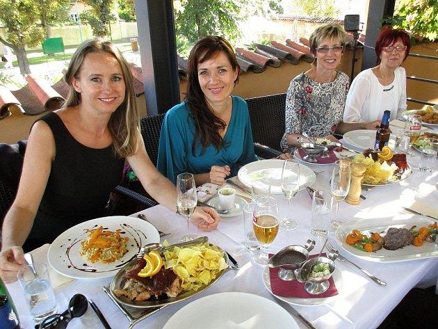 Definitivní zakončení čtvrtého ročníku Proměn sDeníkem se odehrálo vkrásných prostorách restaurace Lví dvůr na Pražském hradě. Jana Burdová (zleva), Tereza Kostková, Helena Olexová a Irena Pískačová si společný oběd užily.