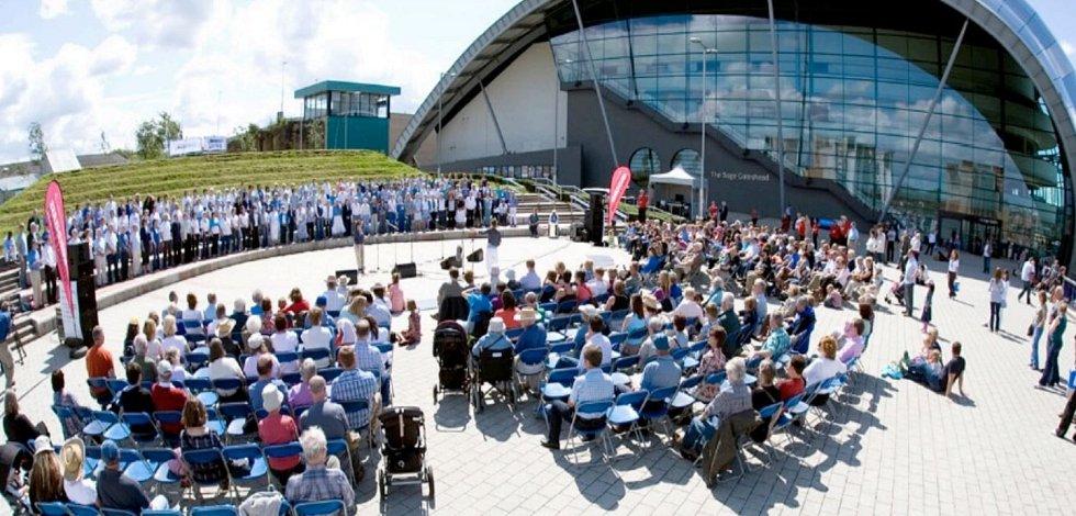 Ukázka využití venkovního prostoru: Náměstí Performance Square, Sage Gateshead, Velká Británie.