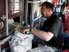 VETERINÁŘ Roman Vodička krmí během mezipřistání v Novosibirsku Matyáše.