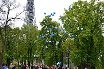 Vypouštění balónků u příležitosti Světového dne porozumění autismu.