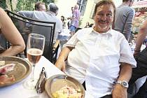 PEČENÝ VAŘENÝ už je někdejší kontroverzní starosta Prahy 5 Milan Jančík na srazech muzikálu Naháči. Takto si dopřával při jednom z posledních setkání.
