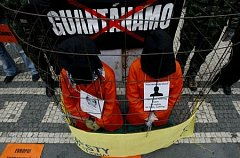 Amnesty International ČR pořádala 11. ledna v den 7. výročí převozu prvních zajatců na Guantánamo protestní akci na Staroměstském náměstí v Praze.