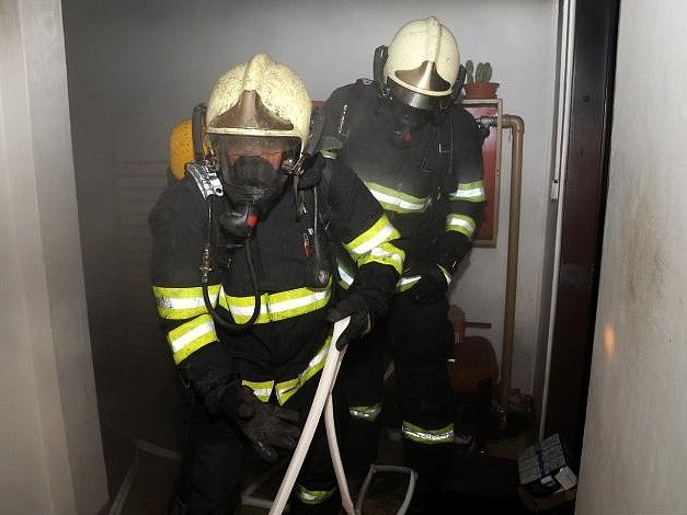 Hasiči u požáru bytu