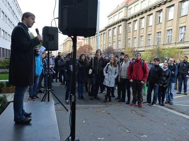 Stanislav Jeřábek promlouvá k účastníkům shromáždění Apel na rektora.