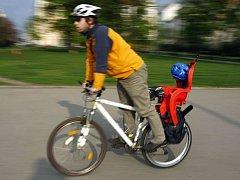 JARNÍ CYKLOJÍZDA. Prahou projela ve čtvrtek jarní cyklojízda. Cyklisté startovali z Jiřího z Poděbrad a cíl měli v kině Oko v Holešovicích.
