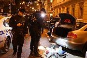 Policie zadržela muže, kteří měli v autě atrapy zbraní a u sebe drogy.