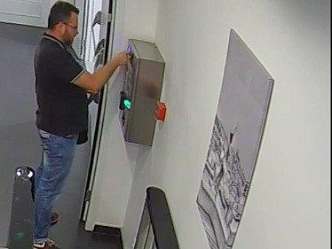 Muž si chtěl dojít na záchod, zničil turniket a pátrá po něm pražská policie.