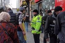Aktivista Ondřej Krátký vysvětluje policistům, že se opravdu nejedná o nabídku psího masa.