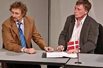 Michal Dlouhý a Kamil Halbich na snímku z premiéry divadelní hry Kdo je tady ředitel podle filmu Larse von Triera 25. dubna ve Švandově divadle v Praze.