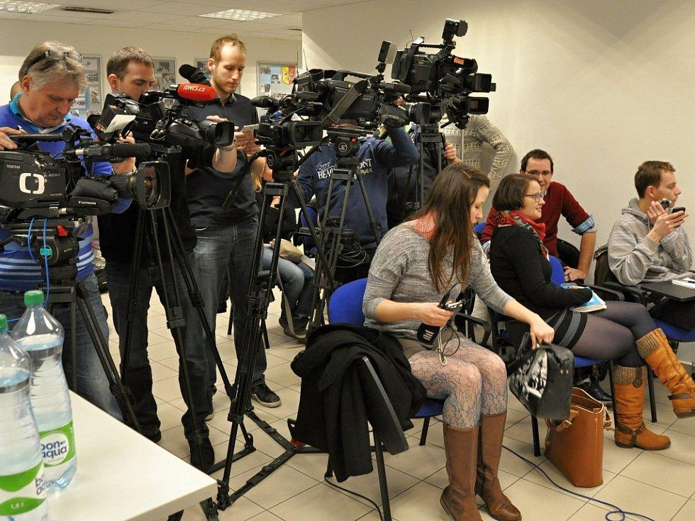 O dopadení 24letého studenta z Českobudějovicka, který anonymními e-mailovými hrozbami před půl roku vyvolával rozsáhlá bezpečnostní opatření nejen v Praze, ale po celé republice, informovala pražská policie.