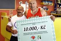 Ze slavnostního předání šeku Nadačního fondu Tři sestry pomáhají, kterým podpoří paralympionika Martina Biháryho. Při této příležitosti si společně zacvičili Lou Fanánek Hagen a Martin Biháry v River Business Centre v Praze 5.