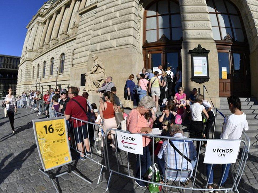 MuzeMuzejní noc 2019. Před Národním muzeem, které je součástí Pražské muzejní noci po osmi letech, se lidé začali řadit do fronty už více než hodinu před otevřením.
